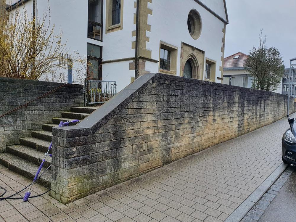 Treppe mit Mauer